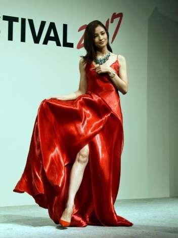 黒木メイサ、真っ赤なドレスで美脚を披露 報道陣のお願いに堂々チラリ