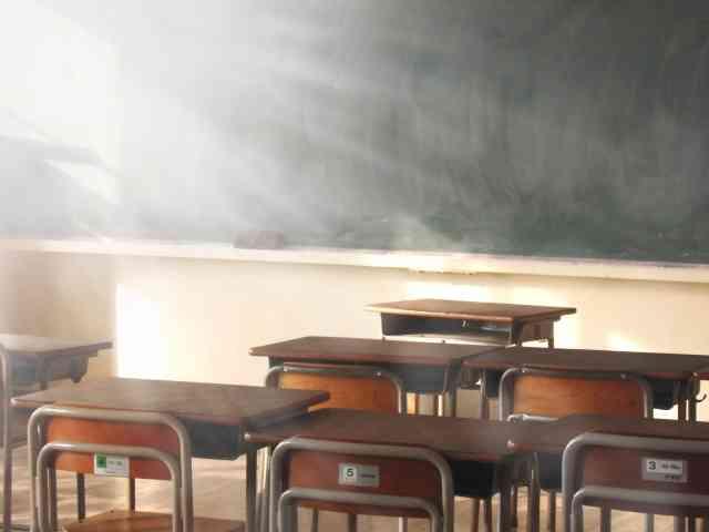 不良生徒の胸ぐら掴んで叱った教師 全校生徒の前で謝罪する