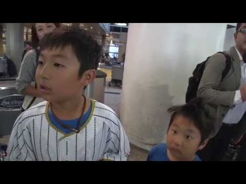 Shohei Ohtani Japanese baseball pitcher and outfielder will not give autograph to a little kid - YouTube