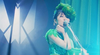 椎名林檎、母のヴィンテージコートと娘作のネックレス着用して歌う「人生は夢だらけ」MV