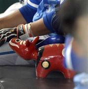 DeNAベンチに勝利の赤べこ!高城「広島にも持っていきます」  - 野球 - SANSPO.COM(サンスポ)
