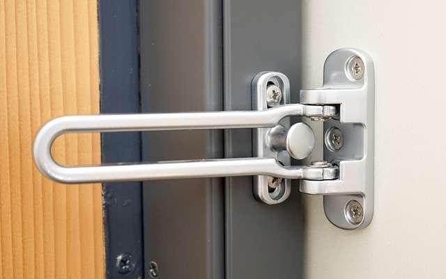 玄関のU字・チェーンロックは簡単に開けられる!防犯の為に知っておくべき事  –  grape [グレイプ]