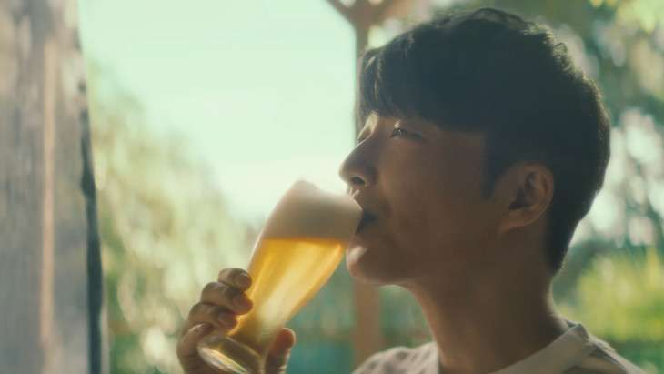 風呂上がりの星野源、新CMで「僕も好きです」とノンアルビールを味わう