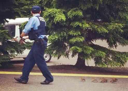 警察官に感謝するトピ