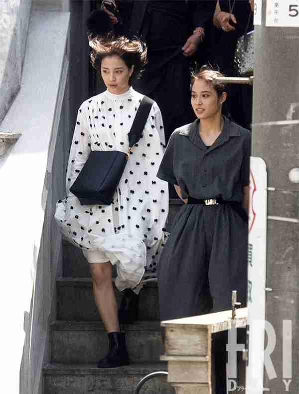 広瀬すず&アリス 人気姉妹が渋谷で見せた素顔のツーショット!(FRIDAY) - Yahoo!ニュース