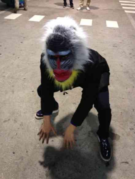 チャン・グンソク、猿のお面をかぶって日本での'フリーハグ'を予告…「遊びにおいで」