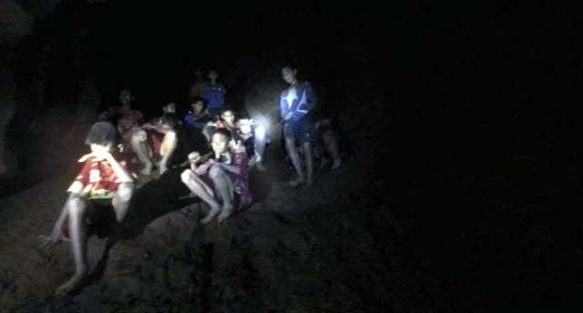 タイの洞窟で行方不明の少年ら13人、全員無事確認