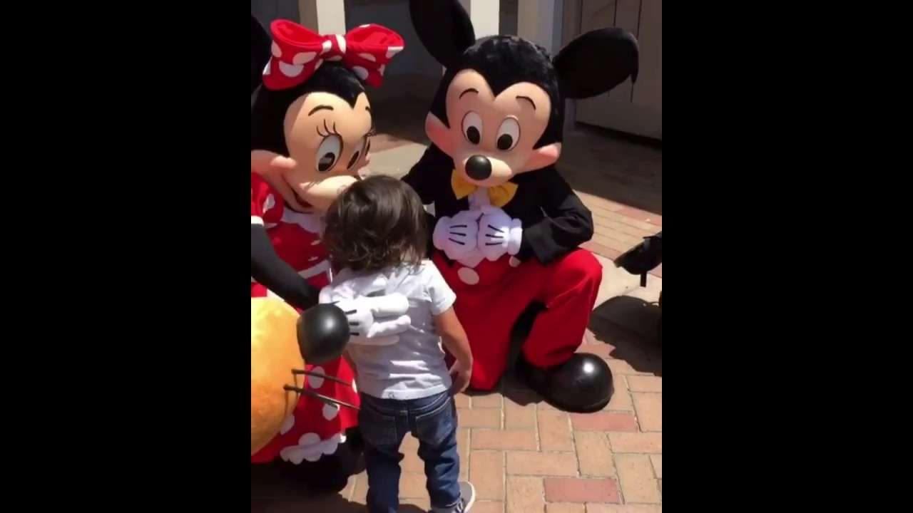 Mickey and Minnie Mouse sign for deaf little boy/Mickey and Minnie talk to a kid using sign language - YouTube