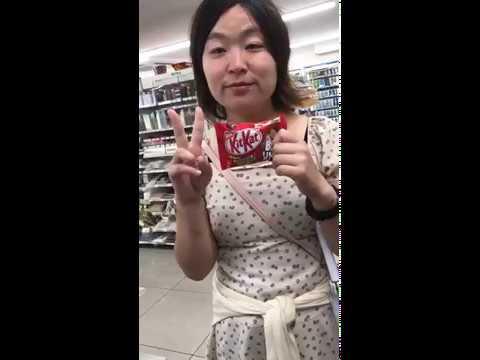 キットカットを買ってほしくて高校生に駄々をこねるおばさん【キットカットおばさん】 - YouTube