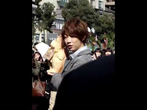 20111203 嵐 相葉ちゃん in 台湾 龍山寺 - YouTube