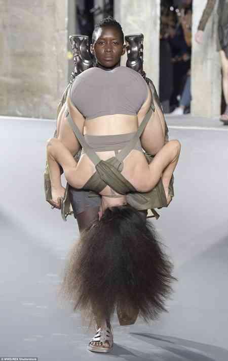 ファッションショーの変な服