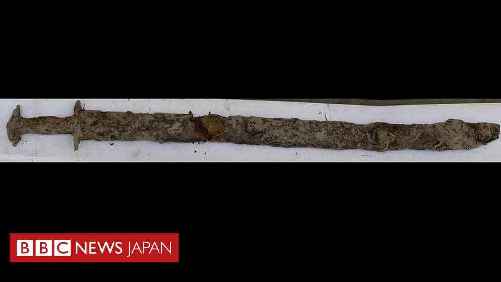 8歳少女、湖で1500年前の剣を発見 スウェーデン - BBCニュース