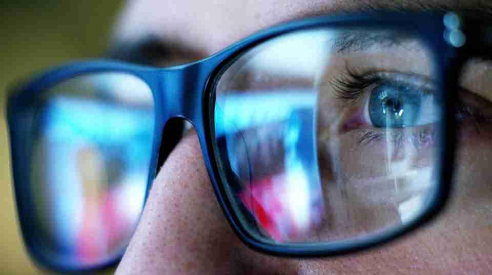 米国眼科学会「ブルーライトで視力は低下しない。PC用メガネも推奨しない」