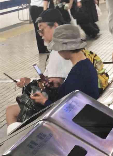 沢田研二&田中裕子、夫婦そろってガラケーに夢中│NEWSポストセブン