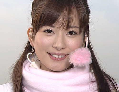 """皆藤愛子、真っ赤なワンピで美脚披露 """"布団でおやすみ""""ショットも"""